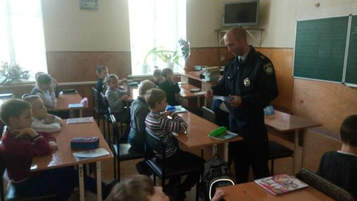 Изюмские полицейские проводят встречи со школьниками