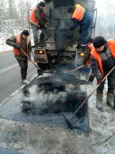В Харьковской области зимой продолжают ремонтировать дороги (фото)