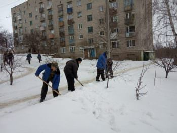 Безработные Изюмарасчищают улицы города от снега