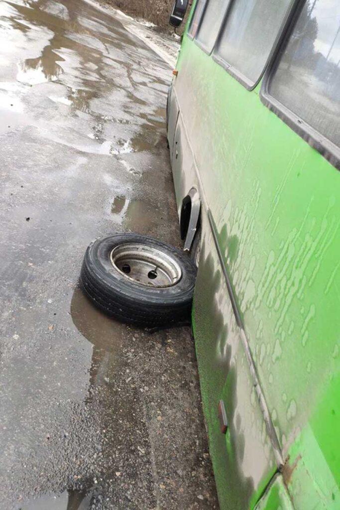 В Изюме у маршрутного автобуса отвалилось колесо (фото)