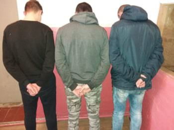 Группа молодых людей избила сожителя и ограбила хозяйку домовладения