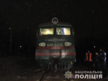 В Балаклее под грузовым поездом погиб мужчина