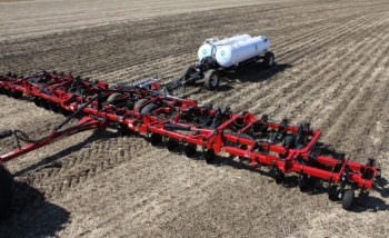 Изюмские аграрии удобряют поля азотными удобрениями