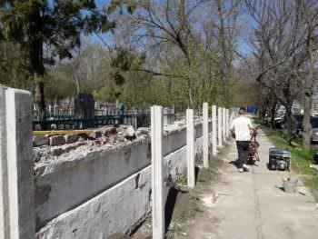 На центральном кладбище Изюма устанавливают еврозабор