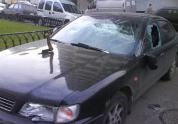 Изюмчанин в Люботине разбил 6 автомобилей с помощью камней и топора