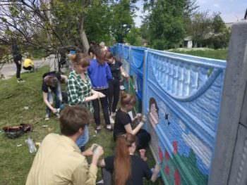 Дети Изюма изобразили на ограждении Изюмской ЦГБэлементы украинской символики и мирное небо над родным городом Изюм.