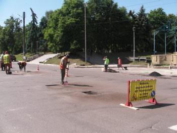 В Изюме начали ремонтировать дороги