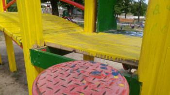 Как коммунальщики красят детские площадки в Изюме