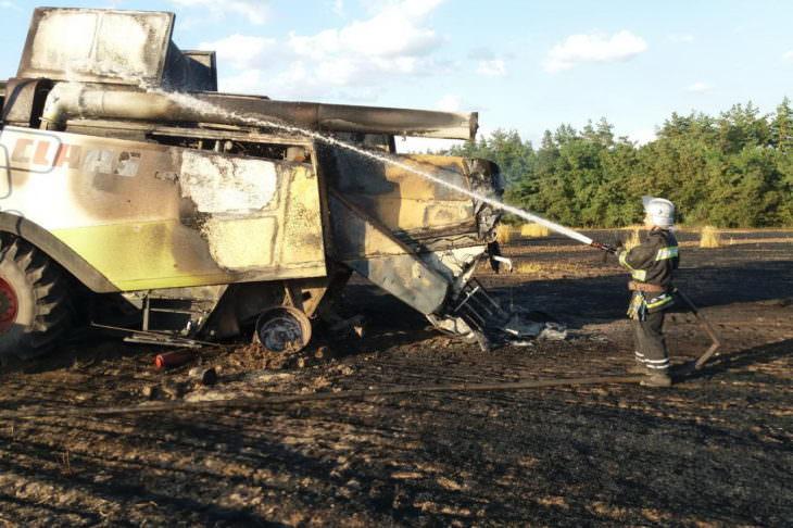 На поле Змиевского района сгорел комбайн