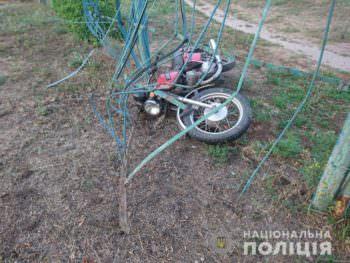В Изюме пьяный мотоциклист врезался в школьный забор
