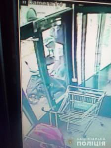 Возле супермаркета мужчина похитил у женщины мопед