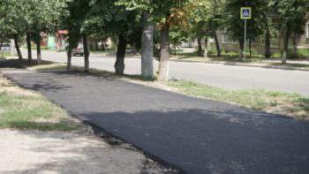 В Изюме асфальтируются тротуары