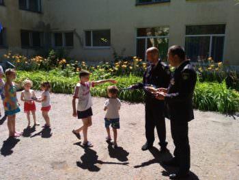 Сегодня Изюмские полицейские угощали детей мороженым