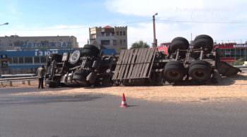 В Изюме в районе автовокзала перевернулся зерновоз - видео