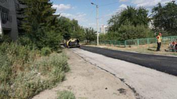По Изюму ремонтируют дороги и тротуары