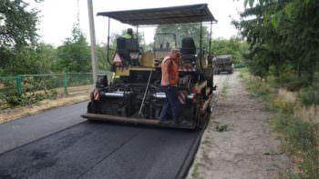 По Изюму ремонтируют дороги и тротуарыПо Изюму ремонтируют дороги и тротуары