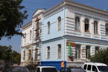 Фасад здания Центральной поликлиники продолжают ремонтировать