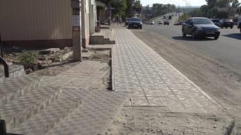 Тротуар с плитки положили возле железнодорожного рынка - фото