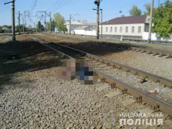 В Изюме мужчина бросился под поезд, а перед этим пытался повеситься