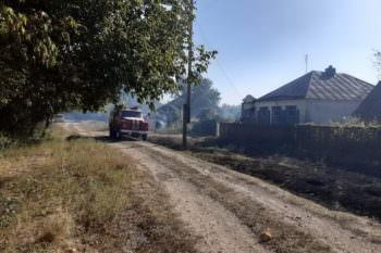 На Изюмщине выгорело более 5 га сухой травы и три жилых дома