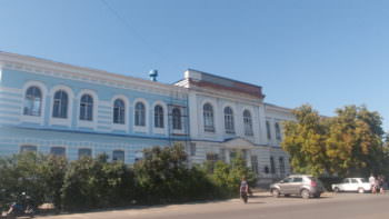 Фасад здания Центральной поликлиники ремонтируют