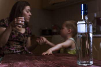 забрали детей в двух семьях, где родители алкоголики
