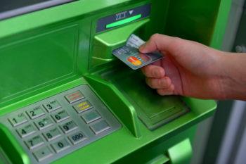 Получить льготу наличными можно на карточку через уполномоченные банки.