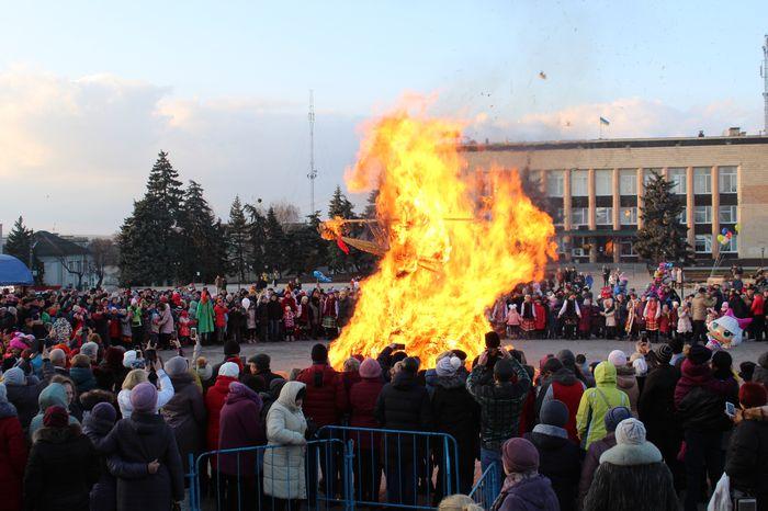 Как прошла Изюмская Масленица 2020 на центральной площади - фото