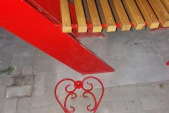 В центре Изюма вандалы поиздевались над скамьей для влюбленных