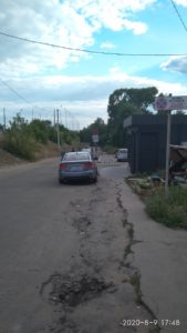 Водители Изюма паркуются где хотят, игнорируя  дорожные знаки