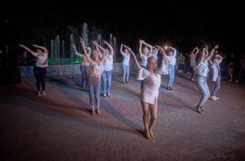 Музыкальный лобби у фонтана в городе Изюме - фото