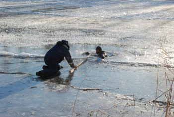 На водоемах района тонкий лед, предупреждают спасатели