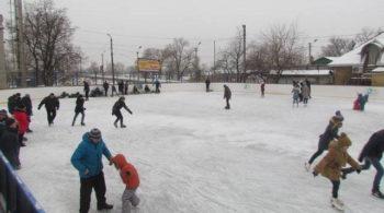 В городе Изюме начал работать ледовый каток в районе ЖД рынка