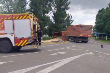 Перевернулся КамАЗ с зерном, на дорогу вытекло топливо (фото)