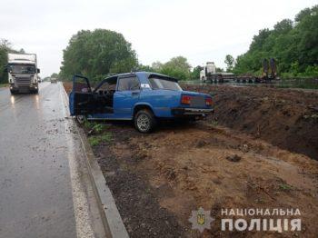 """В Изюме """"ВАЗ"""" врезался в стоявшую машину. Пассажир погиб, пьяный водитель сбежал (фото)"""