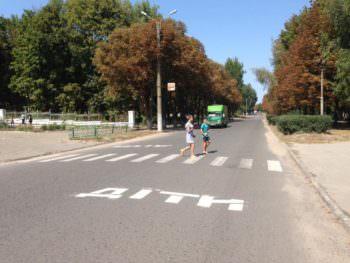 На дорогах Изюма городская власть позаботилась о безопасности детей