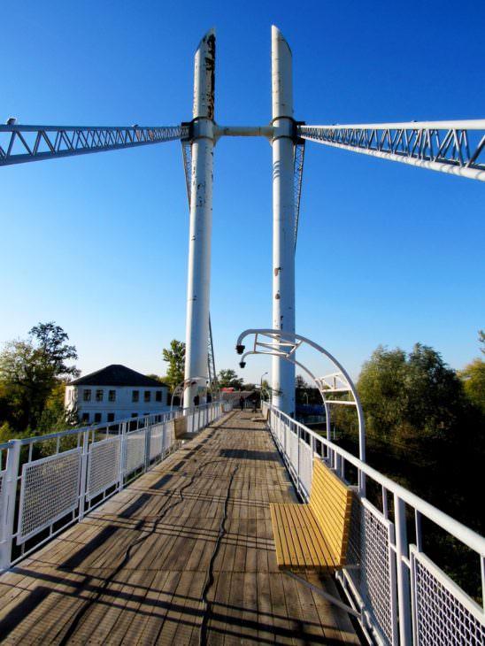 Как выглядит пешеходный мост Изюма на 7 октября