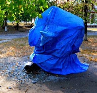 В центре Изюма вандалы разрушили скульптуру (фото)