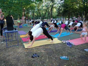В центральном парке Изюма прошел Йога-марафон