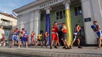 Мэр Изюма поздравил с праздником и вручил подарки юным спортсменам