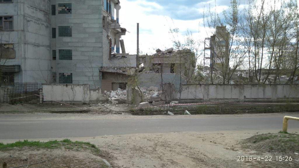 На проезжую часть упала стена демонтируемого здания ИОМЗа