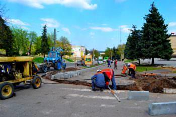 Реконструкция центральной площади города продолжается (фото)