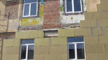 В Изюме реконструируют здание под общежитие для переселенцев