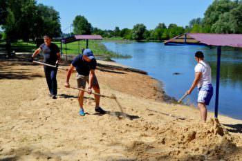 Первомайский пляж Изюма благоустроили активные люди города