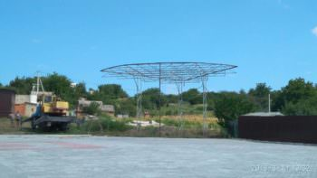 В селе Капитоловке строят сцену в центре села