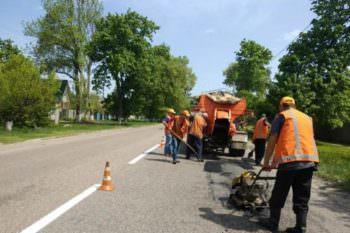 В Изюмском районе продолжается ямочный ремонт дорог
